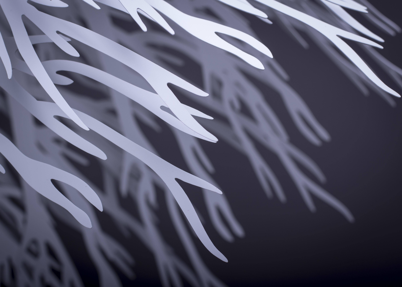 Na první pohled svítidlo RAMUS evokuje hluboký a temný les s nádechem tajemna, avšak pouze do doby než první světelné paprsky prozáří místnost